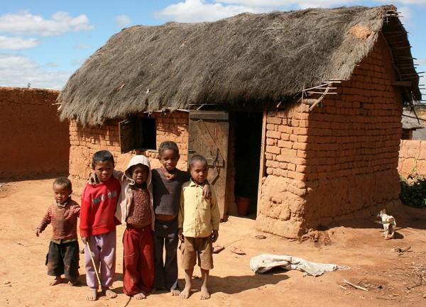 Groupe d'enfants et maison